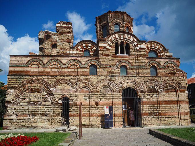 Църкви със средновековни цветове