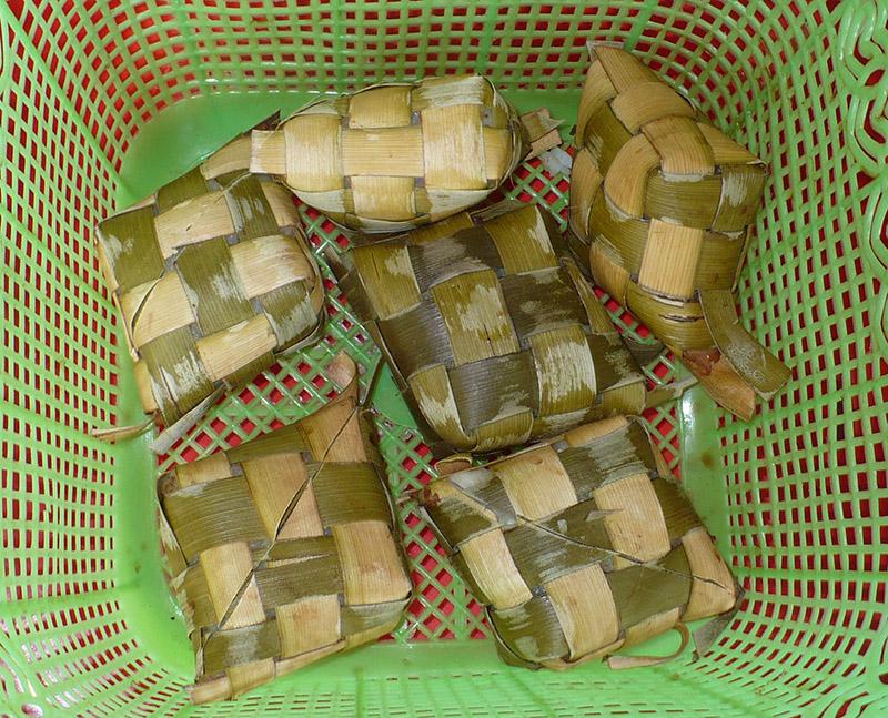 Оризът е увит в кокосови листа и така сварен